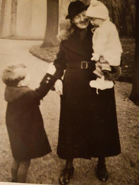 Georg mit seiner Mutter Erna Glöckler, die den kleinen Bruder Siegfried auf dem Arm hat.