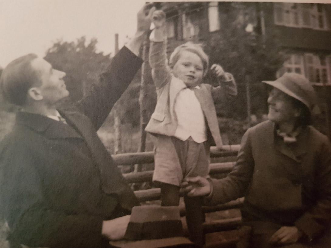 Georg mit Vater und Mutter.