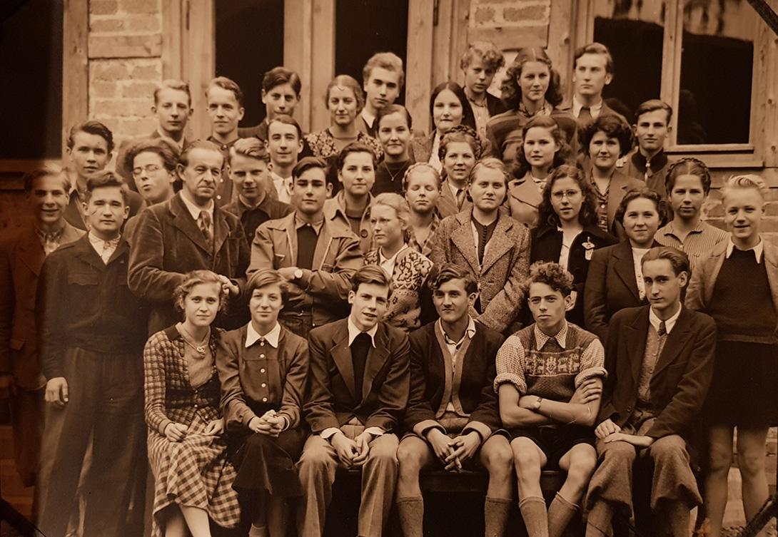 Georg (zweiter von rechts, erste Reihe) mit seiner Klasse und dem Botaniklehrer Gerbert Grohmann auf Exkursion.